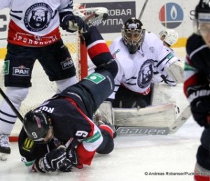 Slovan Bratislava - Medvescak Zagreb 12. November 2014 KHL Saison 14/15 Stefan Ruzicka #9, Mark Owuya #30 © Andreas Robanser/Puckfans.at
