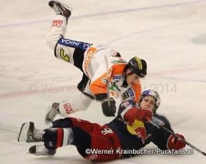 Graz 99ers - EC Red Bull Salzburg EBEL Saison 2014/15 Manuel GANAHL (Graz 99ers), Konstantin KOMAREK (Salzburg) ©Werner Krainbucher/Puckfans.at