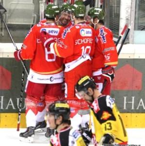 Vienna Capitals - HCB Südtirol 30.11.2015 EBEL Saison 14/15 Mario Fischer #50,  Michael Schiechl  #13, Rick Schofield  #19, Derek Nesbitt  #15 © Andreas Robanser/Puckfans.at
