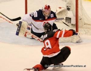 World Junior Championship 2015 Semifinale Kanada - Slowakei Nic Petan #19, Denis Godla #30 © Andreas Robanser/Puckfans.at