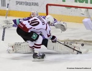 Slovan Bratislava - Dinamo Riga KHL Saison 2014/15 Johan Backlund #26, Lauris Darzins #10 © Andreas Robanser/Puckfans.at