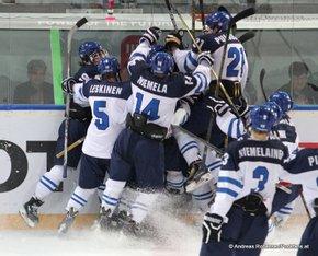 IIHF U18 World Championship Arena Zug , 1/2 Final FIN - SUI Otto Leskinen #5, Joonas Niemelä #14, Jesse Puljujärvi #21, Markus Niemeläinen #3 © Andreas Robanser/Puckfans.at