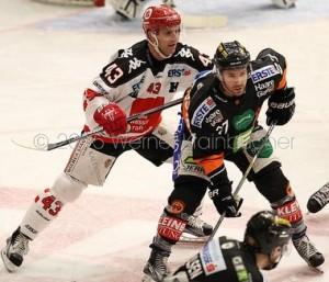 Graz 99ers - HC Innsbruck Derek HAHN (Innsbruck) & Stephen WERNER (Graz 99ers) ©Krainbucher Werner/Puckfans.at