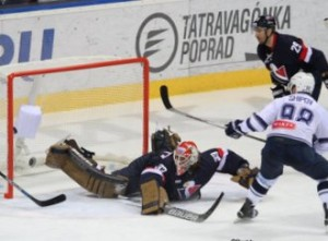 Slovan Bratislava - Dynamo Moskau KHL Saison 2015-16 Slofnaft Arena Bratislava Barry Brust #33, Ilya Shipov #98 ©Puckfans.at/Andreas Robanser