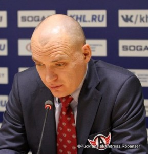 Head Coach Andrei Razin  Avtomobilist Yekaterinburg ©Puckfans.at/Andreas Robanser