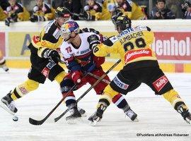 Vienna Capitals - EC Red Bull Salzburg Albert Schultz Halle EBEL Saison 2015-16 John Hughes #72, Sven Klimbacher #29 ©Puckfans.at/Andreas Robanser