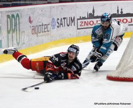 EBEL 1/2 Finale Game 1: HC Orli Znojmo - EHC Black Wings Linz Ondrej Sedivy #64, Sébastien Piché #58 ©Puckfans.at/Andreas Robanser