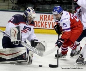 2016 IIHF U18 World Championship 1/4 Final USA - CZE Ralph Engelstad Arena, Grand Forks Jake Oettinger #30, Radovan Pavlík #25 ©hockeyfans.ch/Andreas Robanser