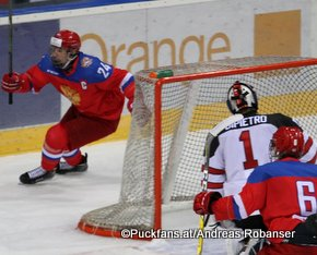 Ivan Hlinka Memorial 2016 RUS - CAN Bratislava Slovnaft Arena  Klim Kostin #24, Michael DiPietro #1 ©hockeyfans.ch/Andreas Robanser