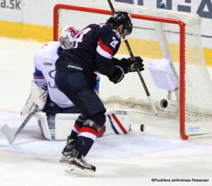 Slovan Bratislava - Lada Togliatti Game Winning Goal zum 3:2, Kyle Chipchura #24, Ilya Yezhov #33 Ondrej Nepela Arena ©Puckfans.at/Andreas Robanser