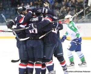 HC Slovan Bratislava - Salavat Yulaev Jonathan Cheechoo #18 Torjubel, Anton Lazarev #9 Ondrej Nepela Arena ©Puckfans.at/Andreas Robanser