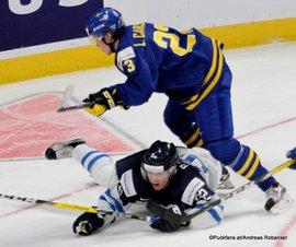 IIHF World Juniors Championship 2017 FIN - SWE Aapeli Räsänen #32, Lucas Carlsson #23 Bell Center, Montreal ©Puckfans.at/Andreas Robanser