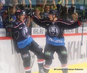 KHL Torjubel Medvescak Zagreb Bobby Butler #23, Kamil Shiafotdinov #8 ©Puckfans.at/Andreas Robanser