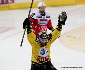 EBEL Final: Game 3 Vienna Capitals - EC KAC Collin Bowman #10, Kevin Kapstad #51 ©Puckfans.at/Andreas Robanser