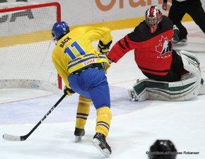 IIHF U18 World Championship 2017 Quaterfinal CAN - SWE Oscar Bäck #11, Ian Scott #1 Spisska Nova Ves, Slovakia ©Puckfans.at/Andreas Robanser