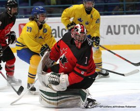 IIHF U18 World Championship 2017 Quaterfinal CAN - SWE Jacob Olofsson #27, Ian Scott #1 Spisska Nova Ves, Slovakia ©Puckfans.at/Andreas Robanser
