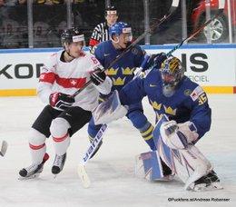 IIHF World Championship 2017 Quarterfinal SUI - SWE Fabrice Herzog #61, Henrik Lundqvist #35, Jonas Brodin #25 Paris, Bercy ©Puckfans.at/Andreas Robanser