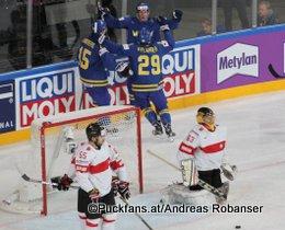 IIHF World Championship 2017 Quarterfinal SUI - SWE Oscar Lindberg #15, William Nylander #29, Romain Loeffel #55, Leonardo Genoni #63 Paris, Bercy ©hockeyfans.ch/Andreas Robanser