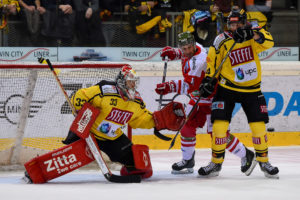 EBEL 2017/18 Vienna Capitals vs. HC Bozen #33 Pekka Tuokkola, #11 Travis Oleksuk, #4 Phil Lakos  (C) Andreas Urban/Puckfans.at