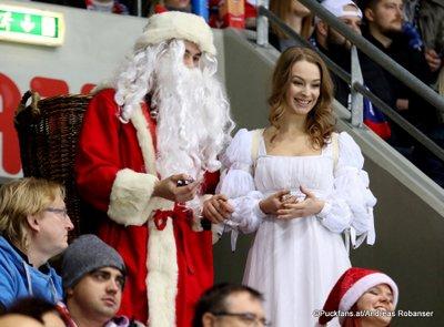 HC Slovan Bratislava - Avtomobilist Yekaterinburg Santa Claus und das Christkind Ondrej Nepela Arena ©Puckfans.at/Andreas Robanser