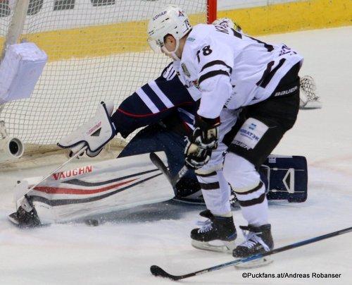 HC Slovan Bratislava - Traktor Chelyabinsk Jakub Stepanek #30, Alexei Kruchinin #78 Ondrej Nepela Arena ©Puckfans.at/Andreas Robanser