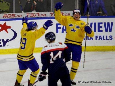 IIHF World Juniors 2018 Quarterfinal SWE - SVK Oskar Steen #29, Viliam Cacho #14 Harbor Center ©Puckfans.at/Andreas Robanser