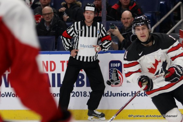 IIHF World Junior 2018 Referee Manuel Nikolic, Jonah Gadjovich#11 KeyBank Center, Buffalo ©Puckfans.at/Andreas Robanser