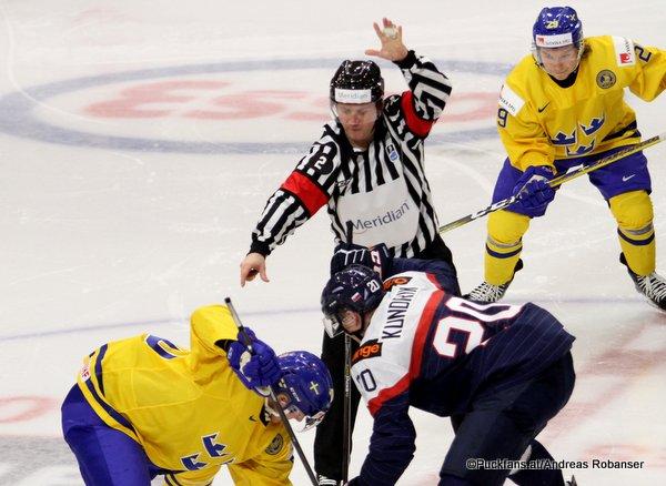 IIHF World Junior 2018 Referee Manuel Nikolic, Peter Kundrik #20, Oskar Steen #29 Harbor Center, Buffalo ©Puckfans.at/Andreas Robanser