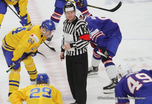 IIHF World Junior 2018 Referee Manuel Nikolic, Lias Andersson #24, Max Jones #49, Joshua Norris #9 KeyBank Center, Buffalo ©Puckfans.at/Andreas Robanser