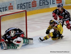 EBEL Play Offs 2018 Quarterfinal Game 1 Vienna Capitals - HC Innsbruck Patrik Nechvatal #7, Jerry Pollastrone #36, Philipp Lindner #77 Albert Schultz-Eishalle ©Puckfans.at/Andreas Robanser