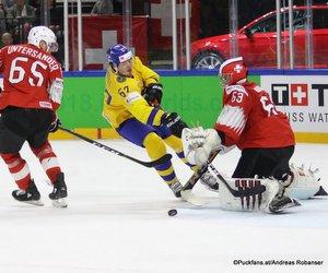 IIHF World Championship SUI - SWE Ramón Untersander #65, Rickard Rakell #67, Leonardo Genoni #63 Royal Arena, Copenhagen ©Puckfans.at/Andreas Robanser