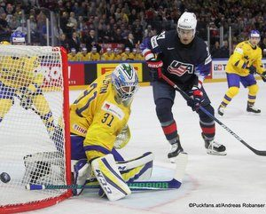 IIHF World Championship Semifinal: SWE - USA Anders Nilsson #31, Anders Lee #27 Royal Arena, Copenhagen ©Puckfans.at/Andreas Robanser