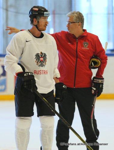 Michael Raffl und Head Coach Roger Bader  ©Puckfans.at/Andreas Robanser