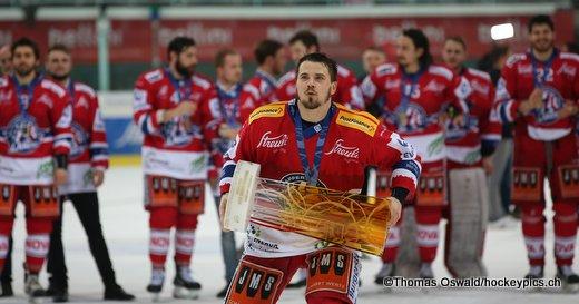 Dion Knelsen mit dem Swiss League Pokal ©Thomas Oswald/hockeypics.ch
