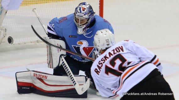 HC Slovan Bratislava - Amur Khabarovsk Jakub Stepanek #30, Kirill Rasskazov #12 ©Puckfans.at/Andreas Robanser