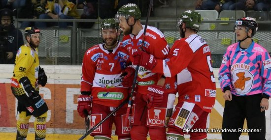 Vienna Capitals - HC Bozen Kelsey Tessier #90, Daniel Catenacci #7, Matt MacKenzie #5 ©Puckfans.at/Andreas Robanser