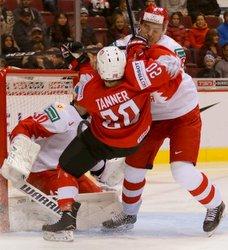 IIHF World Juniors SUI - RUS Daniil Tarasov #30, Ramon Tanner #20 Rogers Place, Vancouver ©Puckfans.at/Andreas Robanser