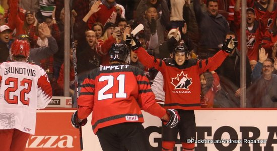 IIHF World Juniors CAN - DEN Andreas Grundtvig #22, Owen Tippett  #21 Rogers Place, Vancouver  ©Puckfans.at/Andreas Robanser
