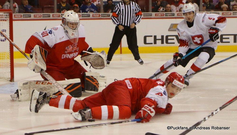 IIHF World Juniors DEN - SUI Mads Søgaard #30, Nicolas Müller #9. Daniel Baastrup #8 Rogers Place, Vancouver ©Puckfans.at/Andreas Robanser