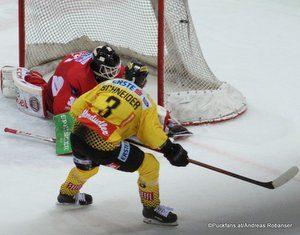 Vienna Capitals - EC KAC Lars Haugen #30, Peter Schneider #3 ©Puckfans.at/Andreas Robanser
