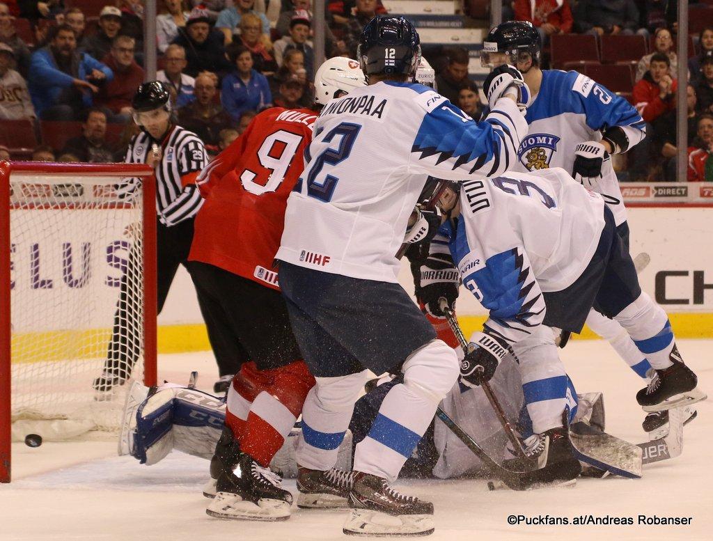 IIHF World Juniors Semifinal FIN - SUI Nicolas Müller #9, Samuli Vainionpää #12, Toni Utunen #3 Rogers Arena, Vancouver ©Puckfans.at/Andreas Robanser