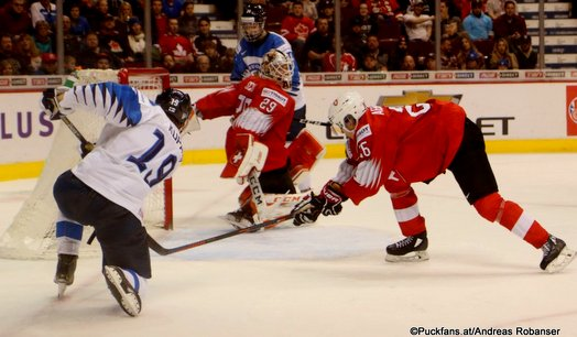IIHF World Juniors Semifinal FIN - SUI, Rasmus Kupari #19, Akira Schmid #29 ©Puckfans.at/Andreas Robanser