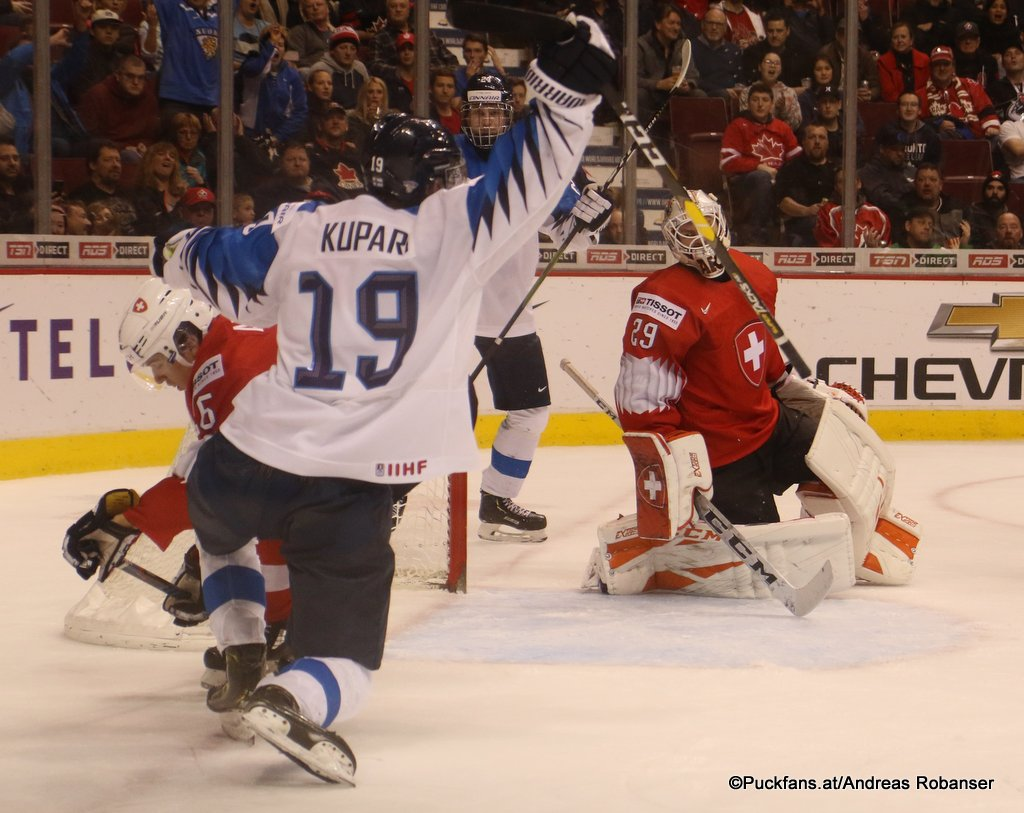 IIHF World Juniors Semifinal FIN - SUI Rasmus Kupari #19, Akira Schmid #29 Rogers Arena, Vancouver ©Puckfans.at/Andreas Robanser