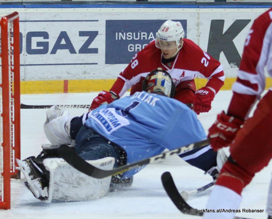 HC Slovan Bratislava - Vityaz Podolsk Marek Ciliak #1, Alexander Syomin #28 ©Puckfans.at/Andreas Robanser