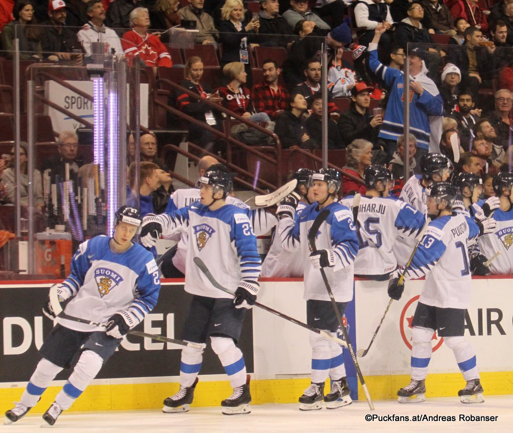 IIHF World Juniors Semifinal FIN - SUI Jesse Ylönen #27, Santeri Virtanen #22, Valtteri Puustinen #13 Rogers Arena, Vancouver ©Puckfans.at/Andreas Robanser